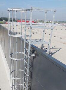 Drabina pionowa (techniczna) mocowana na stałe do budynku wys. 19,86 m